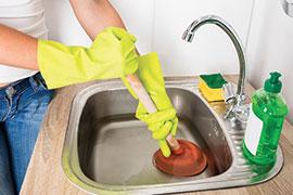 Déboucher un évier sans produits chimiques